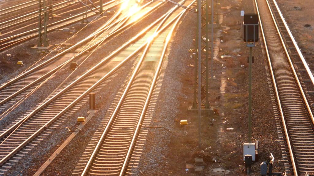 Gleise gegen Abendlicht