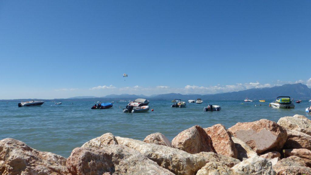 Die Natursteine schützen den Strand vorm wegspülen und sehen auch noch gut aus..